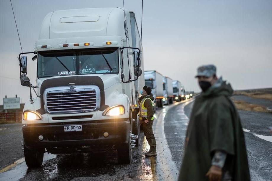 Personal de la Intendencia de Magallanes se trasladó hasta Kon Aiken para constatar la realización de los test de antígenos a los camioneros que ya están ingresando a Punta Arenas, medida por la seguridad de la comunidad y de los propios choferes. Foto: Intendencia de Magallanes.