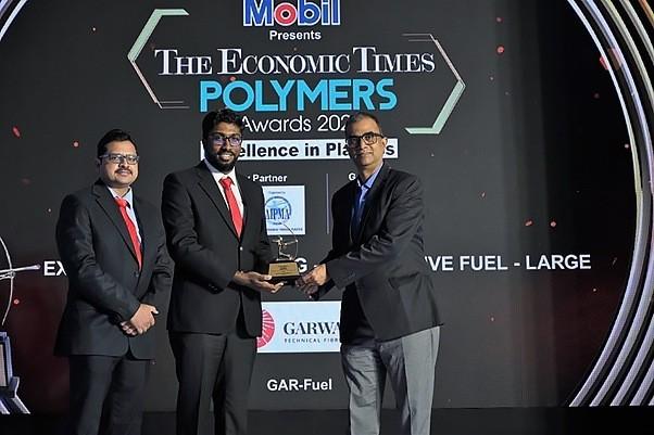 Srinivasan J. Rao, vicepresidente de nuevos proyectos de Garware, recibe el premio Economic Times Polymers Awards. Foto: Garware.