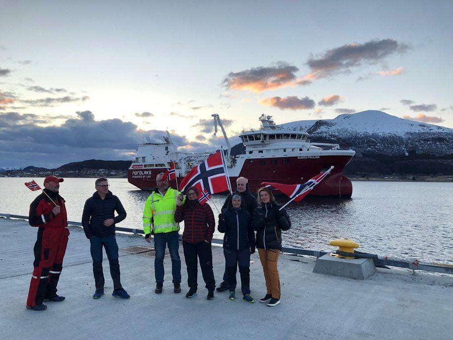 Ansatte i Nordlaks vinker velkommen til brønnbåten «Bjørg Pauline» som ankommer Børøya i Hadsel sent mandag kveld. Foto: Nordlaks.