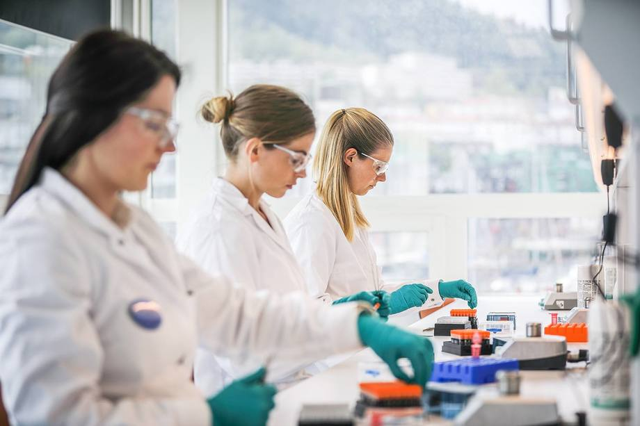 PHARMAQ Analytiq har virksomhet i alle de største lakse- og ørretproduserende land, og tilbyr veterinærtjenester, diagnosetjenester og miljøtjenester inkludert histopatologi, PCR, mikrobiologi, miljøanalyse og ekkografi. Illustrasjonsfoto: Pharmaq Analytic