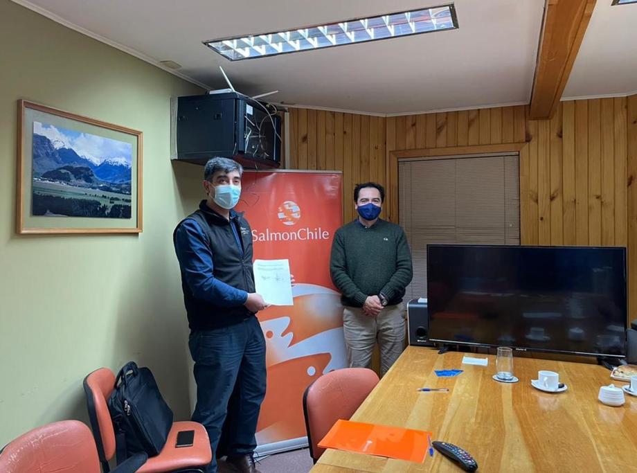 Firma entre Acuiprov y el representante de SalmonChile en Aysén, Hernán Rebolledo. Foto: SalmonChile.
