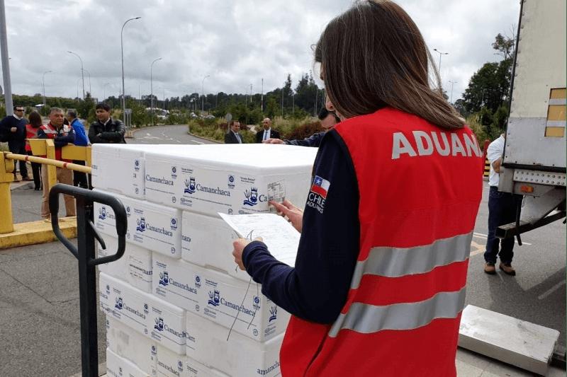 Primer envío de salmón chileno desde el Aeropuerto Araucanía. Foto: Aduana.