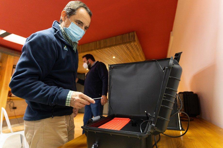 Eduardo Hagedorn, gerente general de BioMar Chile, probando Quality Box. Foto: BioMar.