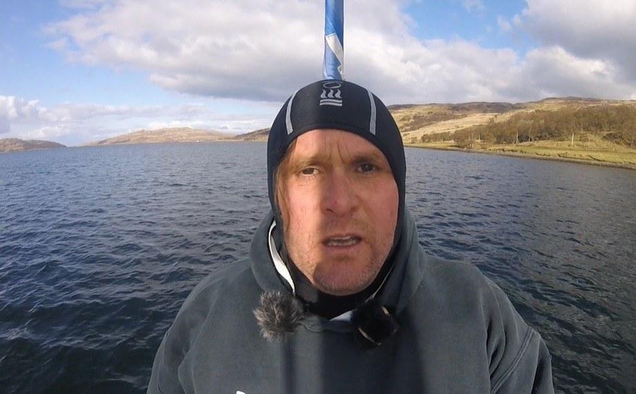 Don Staniford fotografiado en uno de sus propios videos durante una visita fuera de horario a un centro de salmón.
