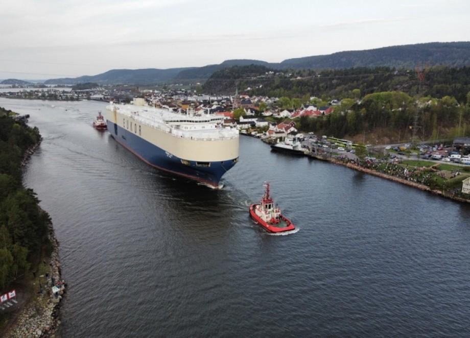 Alt gikk som det skulle da et av verdens største bilskip gikk inn Svelvikstrømmen i dag. Foto: Røyken og Hurums Avis
