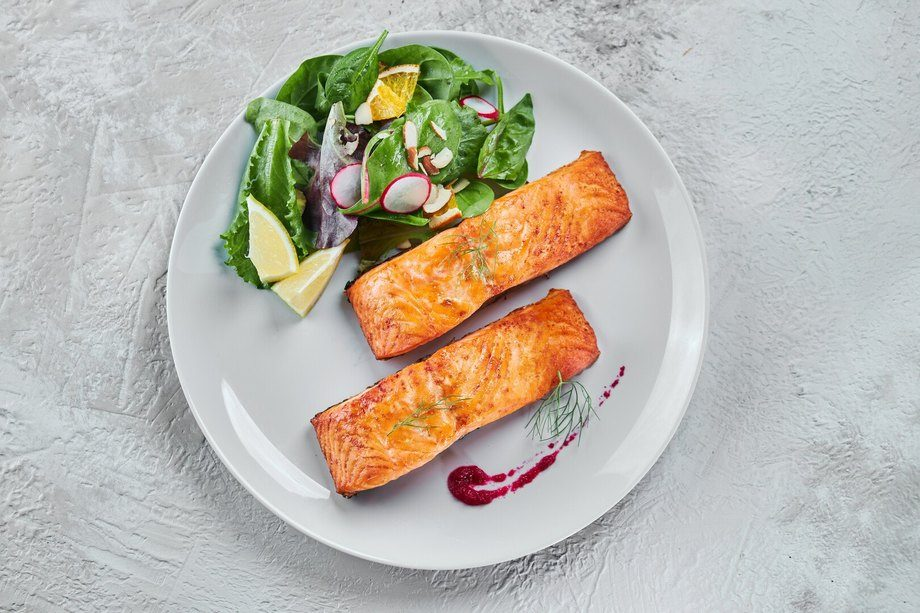 Researchers at a US heart institute recommend omega-3 rich food, such as salmon, rather than supplements. Photo: Mowi / Jose Mago.