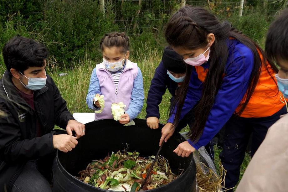 Proyecto Blumar en tu Escuela contempla la entrega de cuatro composteras a escuelas de Aysén y Los Lagos. Foto: Blumar.