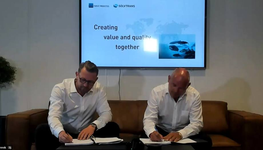 MMC's Peter Leon Fauske, left, and Sølvtrans boss Roger Halsebakk sign an agreement worth NOK 1 billion for the supply of live fish handling equipment to a new fleet of wellboats. Screenshot: Kyst.no