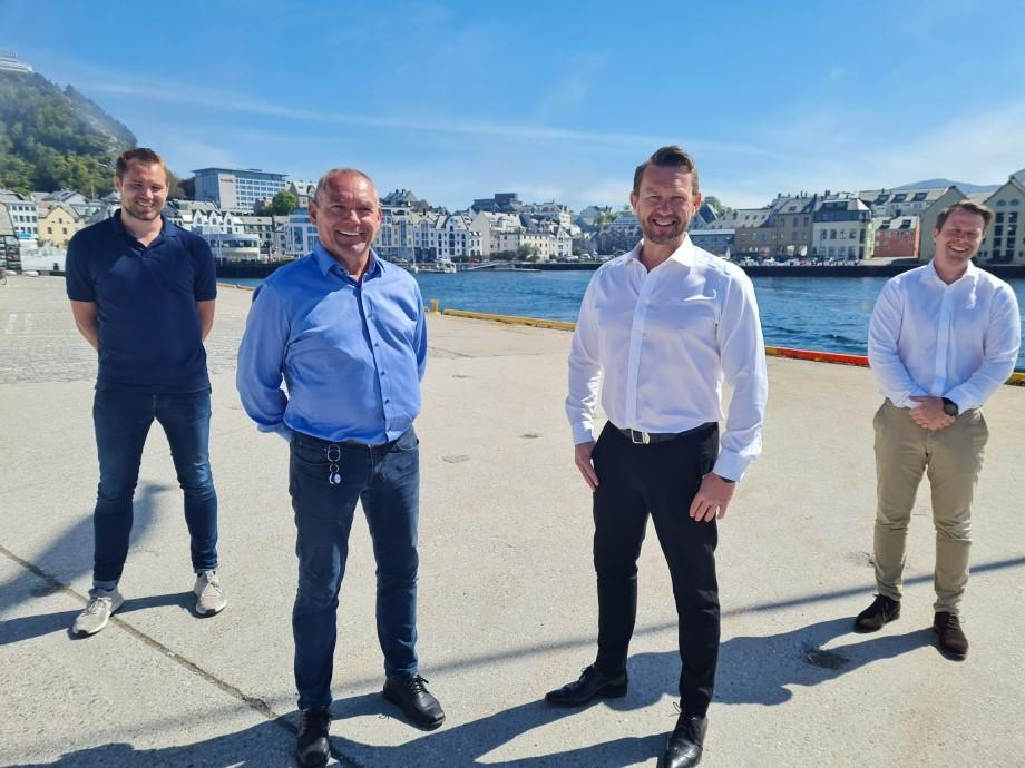 De izquierda a derecha: Robin Halsebakk y Roger Halsebakk de Sølvtrans, y Petter Leon Fauske y Frank Edvard Vike de MMC First Process. Foto: MMC.