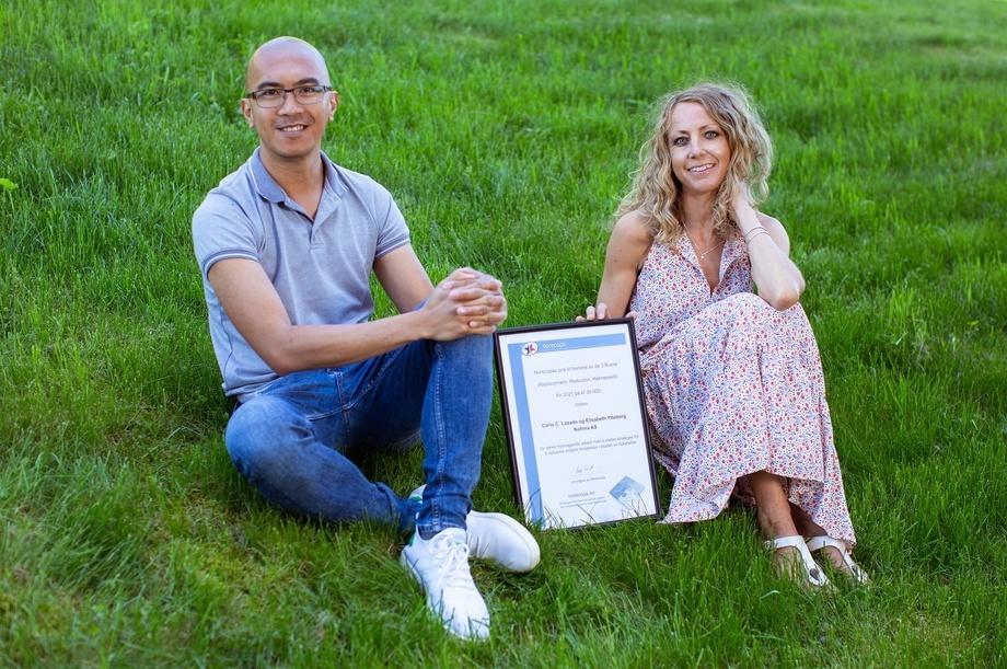 Nofima researchers Carlo C Lazado and Elisabeth Ytteborg with their diploma. Photo: Nofima.