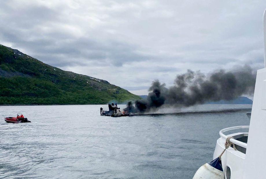 Cermaqs arbeidsbåt «Astrid» sank etter at fartøyet tok til å brenne tirsdag morgen. Foto: RS «Vekteren»