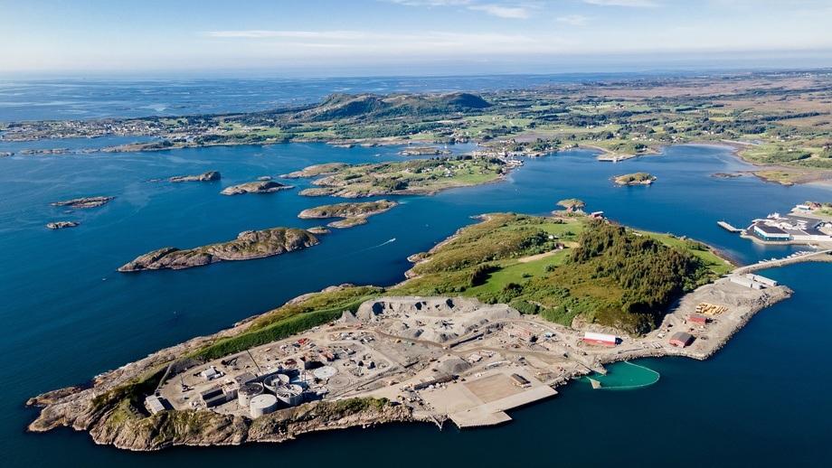 Salmon Evolution bygger sitt landbaserte gjennomstrømmingsanlegg på Indre Harøy, Prosjektet er designet for en årlig kapasitet på ca. 31 500 tonn HOG. Foto: Signify