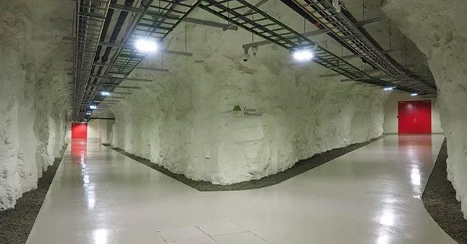 I disse fjellhallene bygger Green Mountain opp et datasikkerhetssenter med en kjølekapasitet på opp til 2x 26 MW. Noe av denne energien er det man ønsker å bruke til hummeroppdrett. Hallene på Rennesøy er et tidligere NATO ammunisjonslager med 22 600 kvm tilgjengelig plass. Hoveddatasenteret består av til sammen 6 fjellhaller, hver med to-etasjes betongbygninger bygget i fjellet. Foto: Green Mountain