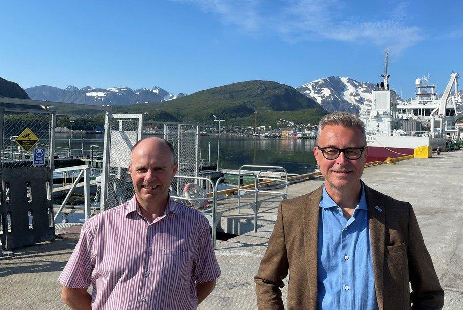 Fiskeri- og sjømatminister Odd Emil Ingebrigtsen lanserte regjeringen havbruksstrategi på Skjervøy i Nord-Troms. Stortingsrepresentant Steinar Reiten (KrF) til venstre. Foto: NFD
