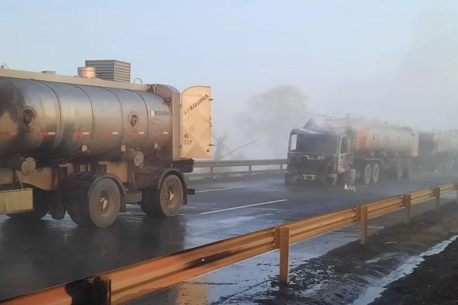 Nuevo atentado dejó cinco camiones quemados. Foto: La Tercera.