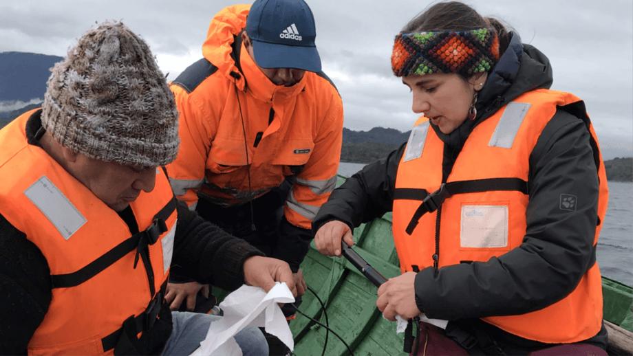 La Dra. Luisa Saavedra (a la derecha) es Bióloga Marina de la Universidad de Concepción y Dra. en Oceanografía de la misma casa de estudios. Además, es parte del Departamento de Sistemas Acuáticos del Laboratorio de Ecosistemas Costeros y Cambio Ambiental Global (ECCA Lab) de la Universidad de Concepción. Imagen: Cedida.