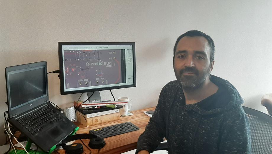 Nicolás Celedón es ingeniero de desarrollo de hardware en Ensicloud. Imagen: SalmonChile.