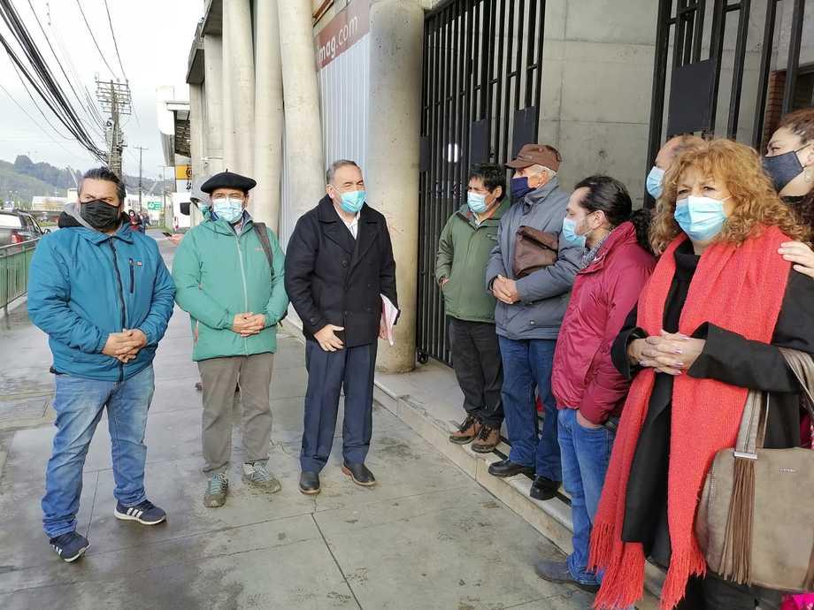 Diputado Fidel Oyarzo y vecinos del sector de Huelmo presentaron este lunes un recurso de reposición. Foto: Emergencias Puerto Montt.
