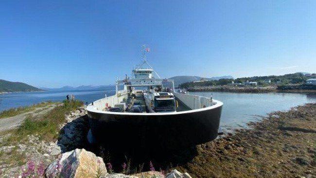 Bilferge gikk på grunn i Nordland med 49 passasjerer om bord. Foto: Elena Junie Paulsen/NRK.