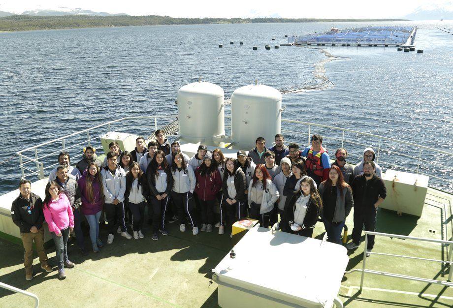 Visita de estudiantes de liceo técnico-profesional a instalaciones de Blumar. Foto: Blumar.