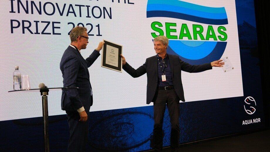 El gerente general de Searas, Eldar Lien, recibió el premio a la innovación de manos del ministro de Pesca y Mariscos Odd Emil Ingebrigtsen, durante la inauguración de Aqua Nor 2021. Foto: Pål Mugaas Jensen.