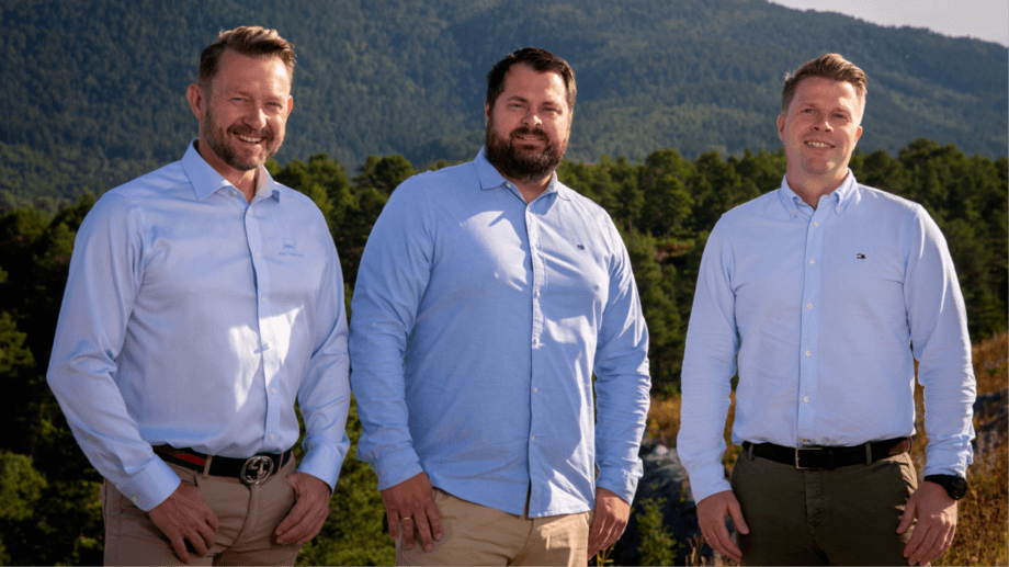 From left: MMC First Process chief executive Petter Leon Fauske, Salmon Evolution boss Håkon Andre Berg and MMC's chief sales officer Frank Edvard Vike. Photo: MMC First Process.