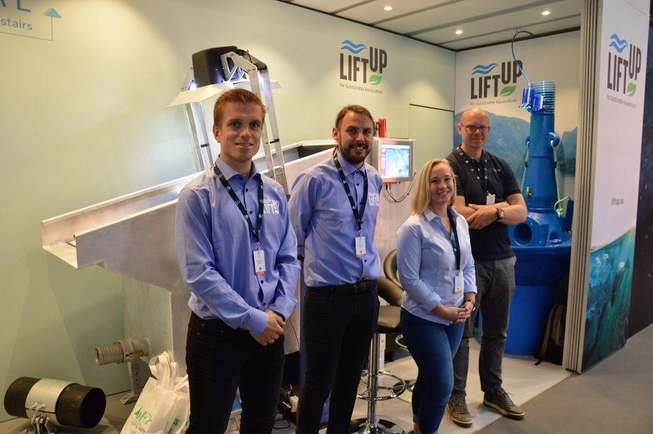 Anders Fossmark y William Lindbord de LiftUp junto con Nicole Salbuvik y Even Bringsdal de CreateView frente a su nuevo proyecto colaborativo que mostraron en Aqua Nor 2021. Foto: Therese Soltveit.