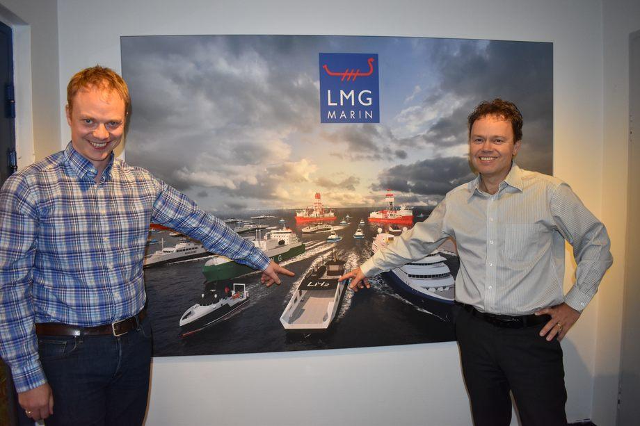 Per Martin Martinussen (t.v) og Torbjørn Bringedal peker stolt ut «Hydra» - vinneren av Ship of the Year 2021
