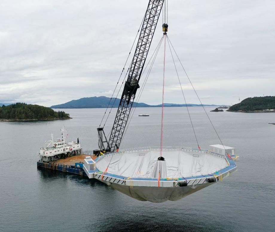 Sjøsetting på Leirvik, Stord av Ecomerden R30 med oksygengeneratorer for Eide Fjordbruk. Foto: Ecomerden