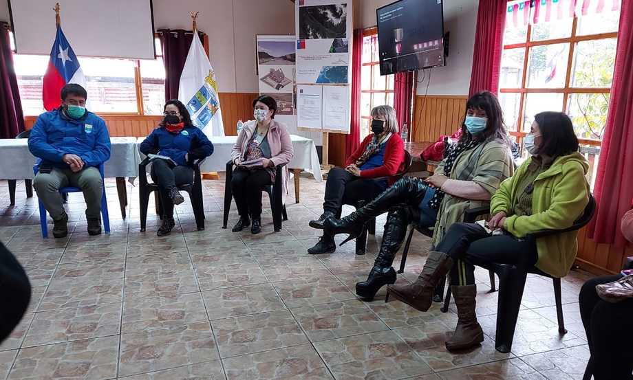 Reunión de la Gobernadora de Aysén, Andrea Macías, con los vecinos de Puyuhuapi. Foto: El Divisadero.
