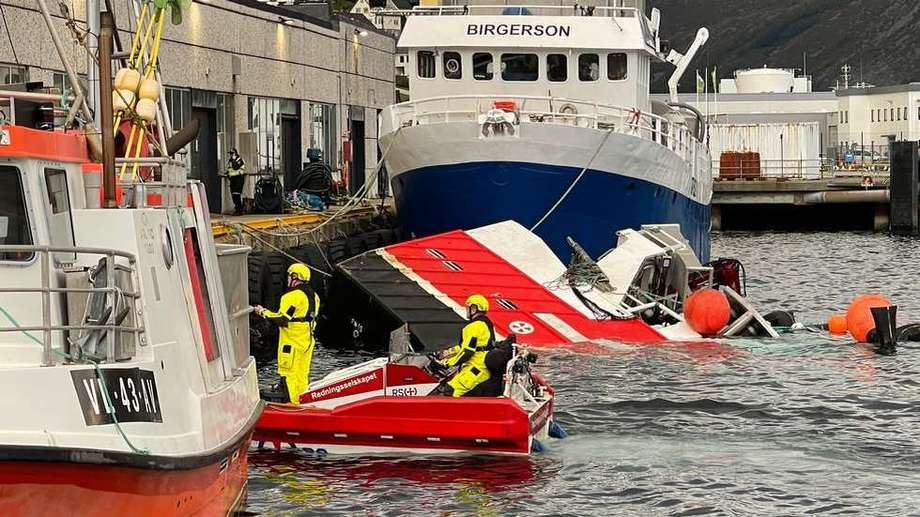 Båten har sunket ved ei kai i Måløy sentrum.  Foto: Seline Larsen/FJT
