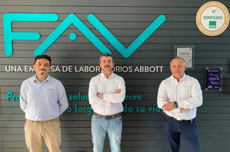 A la izquierda Juan Gatica, al centro Rodrigo Alarcón y a la derecha Esteban Wojciechowski, gerente Comercial de FAV. Foto: FAV.