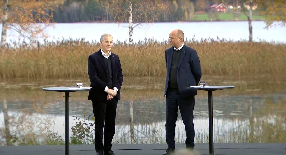 Jonas Gahr Støre (AP) og Trygve Slagsvold Vedum (SP) la frem Hurdalsplattformen onsdag.