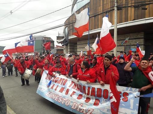 Trabajadores de Salmofood realizan marcha en Castro
