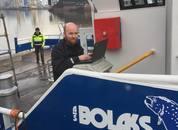 <p>Finjustering av manøversystemet fra PMH. Her er Dan Erik Enga i aksjon på nybåten til Bolaks. Foto: Risnes Marine Craft.</p>