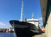 <p>Skipet i solskinn ved Nykirkekaien i Bergen. Foto: Andrea B&aelig;rland</p>