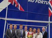 <p>Gudmor Camilla Sandøy i midten av bildet med bunad, er her flankert av rederens familie og kolleger i Rostein AS og Larsnes Mek. Foto: Rostein.</p>