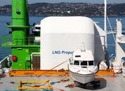 <p>I tillegg til &aring; transportere pellets tar rederiet p&aring; seg ulike eksterne transportoppdrag. N&aring;r Skipsrevyen er om bord st&aring;r en fritidsb&aring;t p&aring; dekk. Foto: Andrea B&aelig;rland</p>