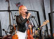 <p>Sigrid Moldestad fremf&oslash;rte blant annet sin egen hyllest til fjordab&aring;tene, l&aring;ten Eventyrlast. Foto: Andrea B&aelig;rland</p>