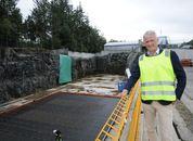 <p>Administrerende direkt&oslash;r for Bergen Group Torgeir N&aelig;r&oslash;, viser frem den 88 meter store t&oslash;rrdokken der de fremover vil bygge alt fra betongmerder til f&ocirc;rfl&aring;ter og lektere. For &oslash;yeblikket er det en f&ocirc;r og servicefl&aring;te som er under bygging. Foto: P&aring;l Mugaas Jensen/Kyst.no</p>