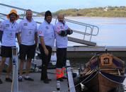 <p>Her er Robin, Gunnar og Kjell kommet i mål ved Brattvåg etter å ha rodd 22 nautiske mil. Foto:Håkon N Rønning/AQUASTRUCTURES AS.</p>