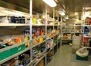 <p>Forpleiningssjef Tommy D&oslash;nnesund provianterer hver 14. dag, og forsikrer om at all maten lages fra bunnen. Foto: Andrea B&aelig;rland</p>