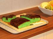 <p>Til fredagens ti-kaffe ble det servert gr&oslash;nn kake med sjokoladeglasur. Foto: Andrea B&aelig;rland</p>