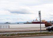<p>Det chilenske forsvareter tungt tilstede både på sjø og land. En gammel feide med Argentina om Beagle-kanalen som toppet seg i 1973 er bakteppet. Tsunamier, er ifølge skiltet til høyre i bildet, også en trussel som må tas på alvor.</p>