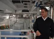 <p>2.maskinist Bendik Larsson sier det ikke mangler på noe av utstyr og maskiner om bord på slaktebåten. Det er også svært romslig, og god plass for mannskapet til å jobbe på.</p>