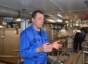 <p>Produksjonsleder Arnt Idar Nautnes viste frem den nye fabrikken om bord somhar 14 sløyemaskiner, som kan sløye 25 fisk i minuttet.</p>
