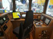 <p>P&aring; broen har man god utsikt til&nbsp;arbeidsoperasjonene&nbsp;p&aring; merdkanten.</p>