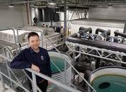 <p>Geir Tore viser frem den nye avlstasjonen under åpningen. Foto: Namdal Rensefisk.</p>