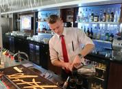 <p>Bartender Rasmus Hjaltason</p>