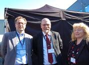 <p>Fra venstre: Rådmann Stig Arne Holtedah, Rådmann i Sørfold kommune; Lars Kristian Evjenth, ordfører i Sørfold kommune; Gerd Bente Jakobsen. Næringssjef i Sørfold kommune. Foto: Harrieth Lundberg</p>